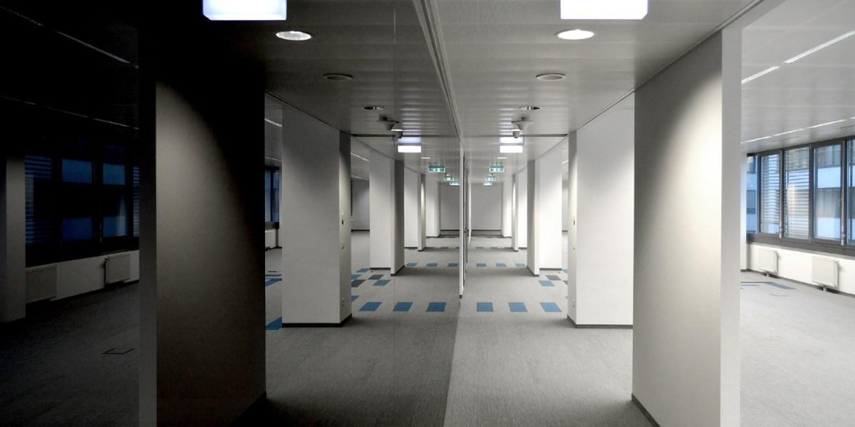 BBG Bundesbeschaffungs GmbH - Schwarze Glaswand - Gang