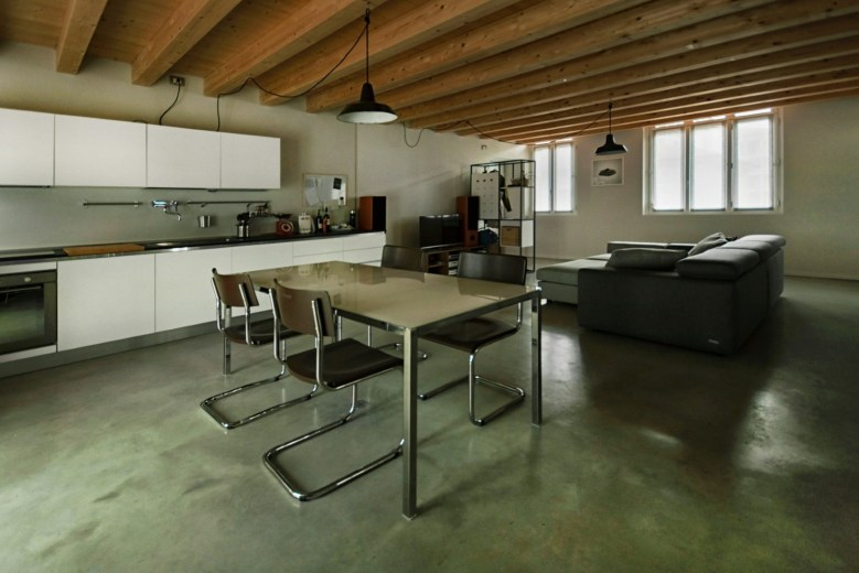 La cucina trova posto a lato del soggiorno.