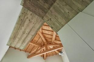 La vista del sottoscala è un puzzle di elementi....tra legno e cemento!