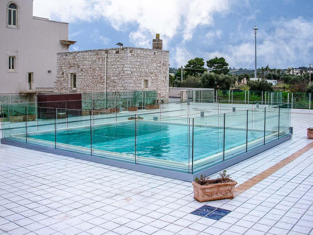 piscina con fondale in vetro con struttura in travi di