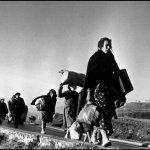 Civiles buscan una vida mejor desplazándose a la frontera francesa. Robert Capa. 1939