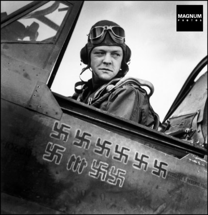 Tunez, piloto y el número de enemigos abatidos en el aire pintado en la chapa de su avión
