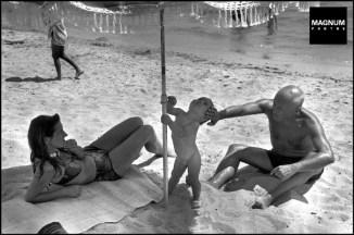 Picasso, su hijo y su compañera, 1948