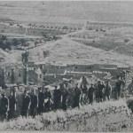 Milicianos frente al castillo de Medellin Badajoz