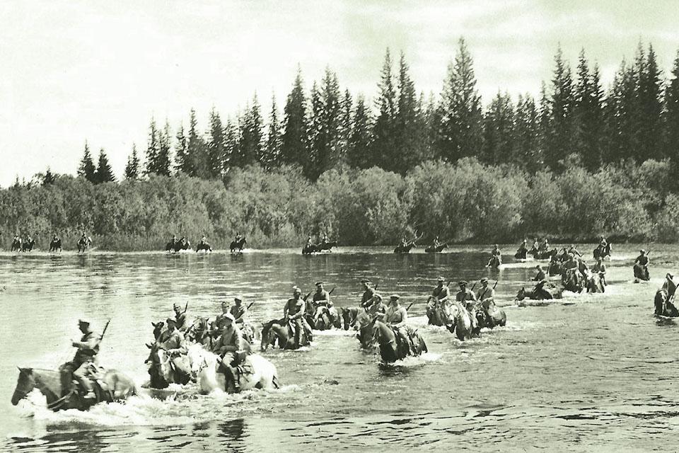Un comando de la Legión Checoslovaca atravesando en río Pojm.