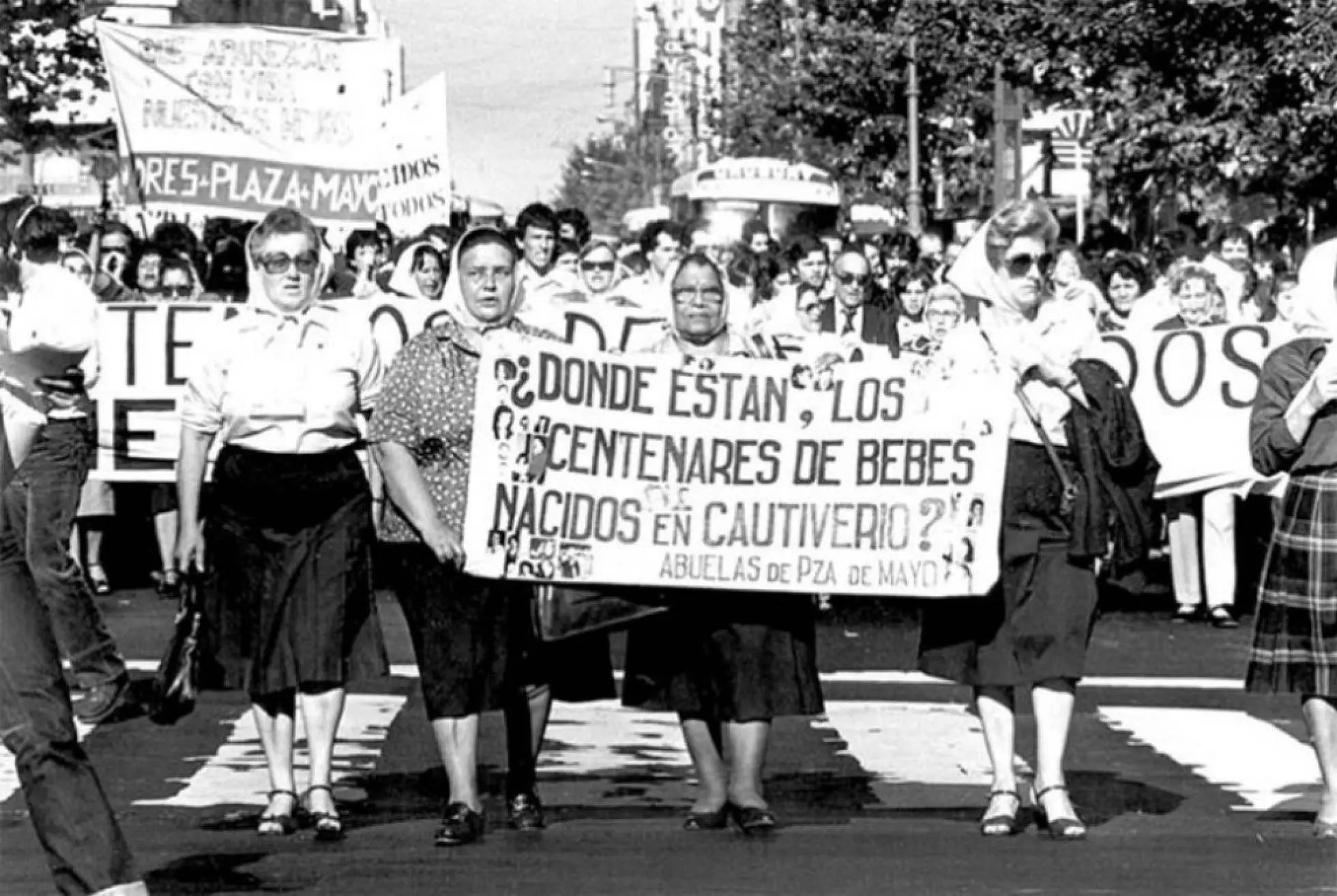 Un grupo de Abuelas de la llamada Marcha de Abuelas y Madres en la Plaza de Mayo, 1982