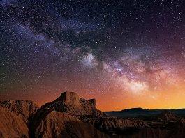 Cielo estrellado sobre el desierto.