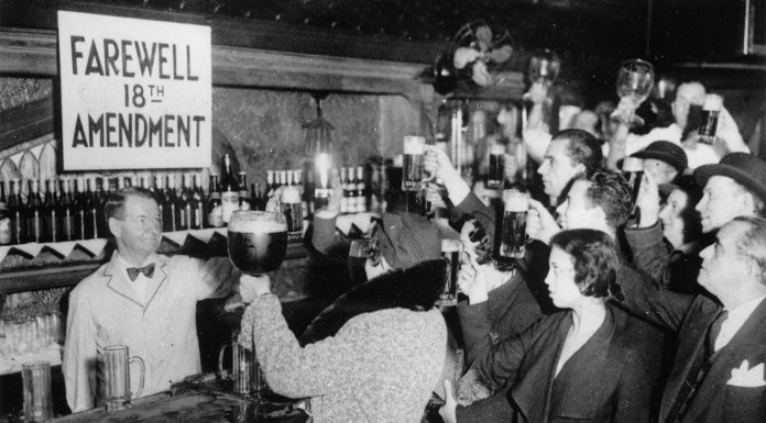 Neoyorquinos brindando por la abolición de la 18ª enmienda (1933). S/a.
