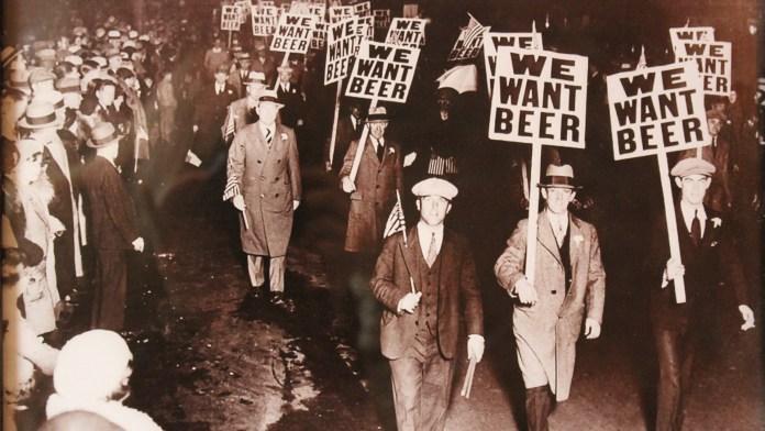 """Manifestación en New Jersey a favor de la derogación de la 18ª enmienda (1931). En sus carteles se puede apreciar el claro imperativo de """"queremos cerveza""""."""