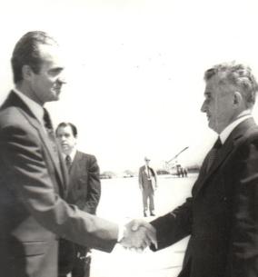 Ceaușescu saludando a Juan Carlos I durante su visita a España (25 de mayo de 1979). Archivo Nacional de Rumanía (Fototeca online a comunismului românesc, cota: 67/1979).