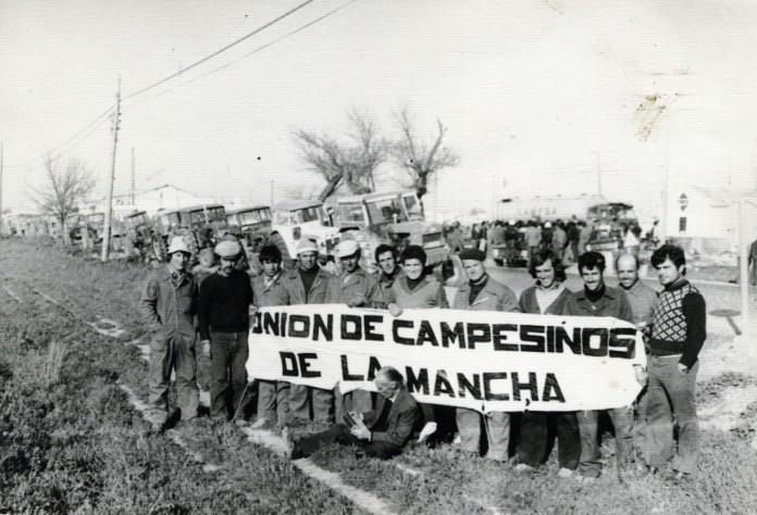"""Agricultores de Ciudad Real sujetan una pancarta en la que se puede leer """"Unión de Campesinos de la Mancha""""., sindicato de carácter progresista que apoyaba las tractoradas que se sucedieron en La Mancha y en otras zonas rurales durante la Transición"""
