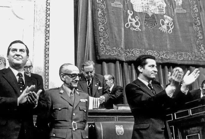 Imagen de Alfonso Osorio, el general Gutierrez Mellado y Adolfo Suárez tras la positiva ratificación en Cortes de la Ley para la Reforma Política, 18 de noviembre de 1976.