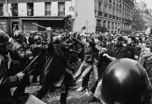 Policía francesa cargando contra jóvenes manifestantes (mayo de 1968)