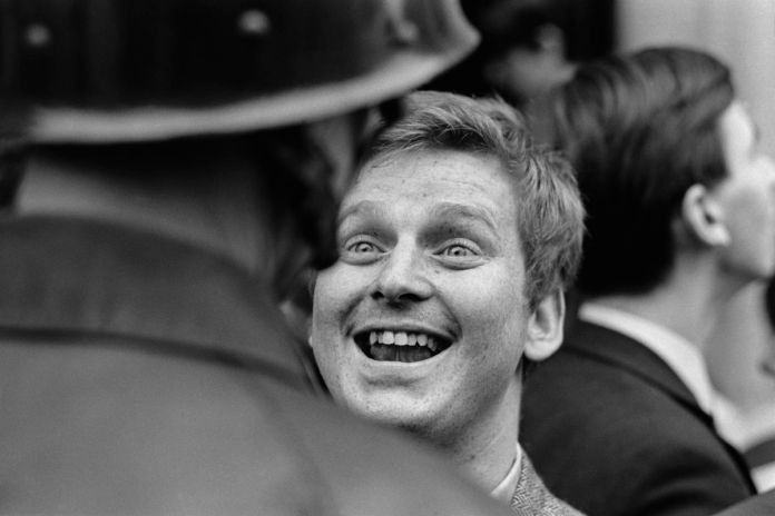 Daniel Cohn-Bendit frente a la policía (1968). Jacques Haillot.