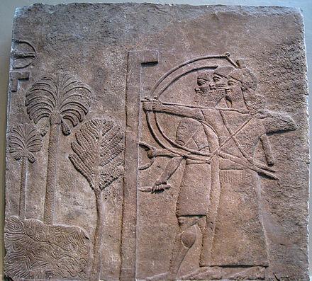 Fig. 5. Bajorrelieve del palacio central de Tiglat-Pileser III en Nimrud, c. 728 a.C., British Museum. La doble combinación de portaescudo y arquero es muy frecuente en las representaciones. En esta escena aparecen dos arqueros con una vestimenta característica de los soldados auxiliares. Neoasirio
