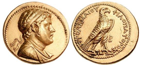 Fig 1: octadracma de oro de Ptolomeo IV. En un lado hay grabada la éfige del rey, portando la diadema real y una clámide. En el reverso encontramos el emblema de la dinastía lágida (un águila que simboliza a Zeus), junto con la leyenda ΠTOΛEMAIOY ΦIΛOΠATOPOΣ (Ptolomeo Filopator).