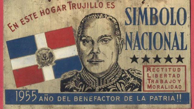 Una de las placas repartidas a la población con la cara de Trujillo.