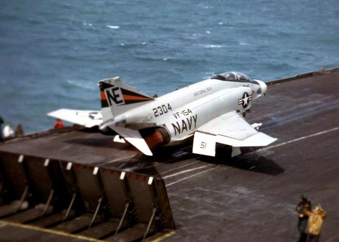 """Un McDonnell Douglas F-4 Phantom II del escuadrón VF-154 """"Black Knights"""", armado con misiles AIM-9 en la catapulta del USS Coral Sea (CVA-43) a punto de despegar, 1967. Modelos similares se usaron en los bombardeos a Vietnam Fuente: Flickr."""