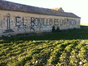 """Pintada que reza """"El Bonillo es una nación"""" realizada sobre el muro de una casa en mitad del campo que rodea El Bonillo, Albacete"""