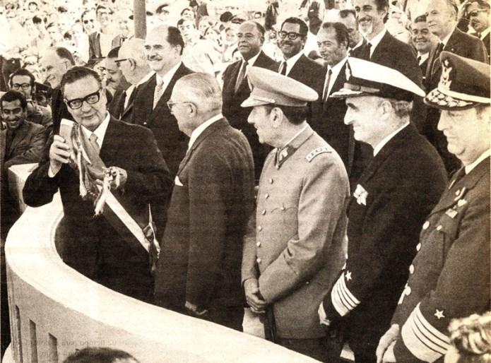 Presidente de Chile (1970 - 1973) Salvador Allende en el brindis durante la Parada Militar realizada en el entonces Parque Cousiño. Cerca de el: Carlos Prats, Pedro Vuskovic, José Tohá, Raúl Silva Henríquez, César Ruiz Danyau (Fach), Raúl Montero Cornejo (Armada)