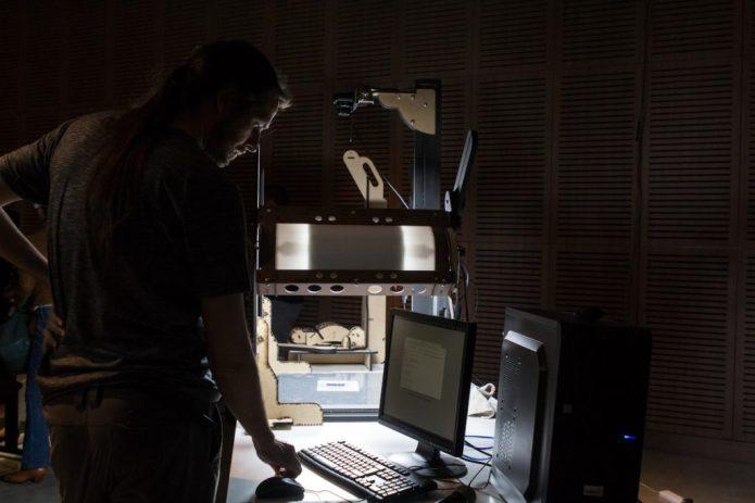 Juan Pablo Suárez de Bibliohack presentando prototipo de escáner cenital