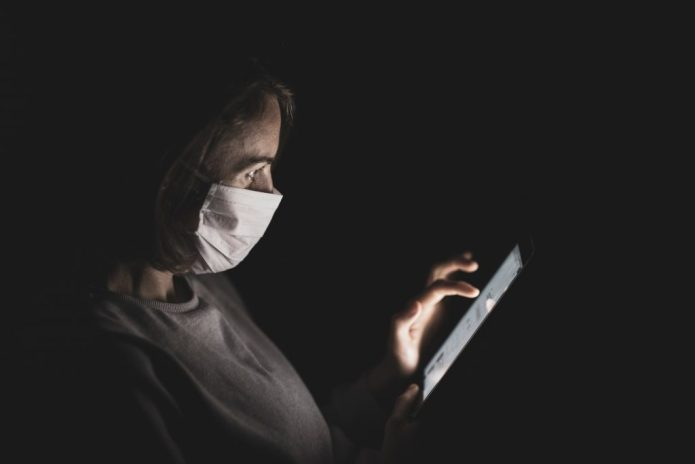 Mujer consultando un dispositivo