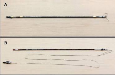 La freccia assemblata. Si notano le due asole alla cocca fissate con il nastro adesivo bianco, la punta inserita e bloccata sia con nastro bianco che nastro carta, le sovrapposizioni della sagola fissate adiacenti all'asta con il nastro carta. La freccia dopo il recupero del siluro. Si vedono: la punta svincolata dall'asta con il nastro adesivo bianco strappatosi per il combattimento e, analogamente, la sagola liberatasi anche in corrispondenza della cocca strappando il nastro adesivo bianco; lo sviluppo della sagola dopo che il nastro carta ha ceduto nella trazione.