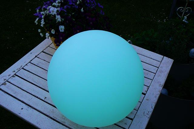 LED Solar Gartenlampen Kugel, eine Leuchtkugel als Dekoration für den Gartentisch