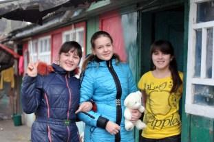 На крыльце. Внучки дяди Вани Люба (справа) и Вера (слева) и их гостья, соседка. Имени не помню, Но именно она вышивала бисером икону и любит рисовать