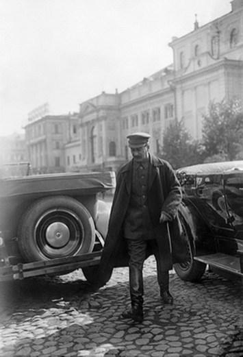 Знаменитый фотограф. «Была коптилка да свеча — теперь лампа Ильича». 95 лет назад. 5