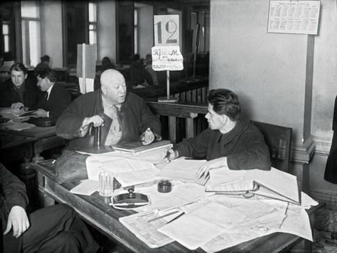 Знаменитый фотограф. «Была коптилка да свеча — теперь лампа Ильича». 95 лет назад. 7