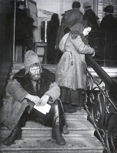 Знаменитый фотограф. «Была коптилка да свеча — теперь лампа Ильича». 95 лет назад. 25