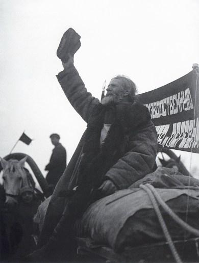 Знаменитый фотограф. «Была коптилка да свеча — теперь лампа Ильича». 95 лет назад. 49