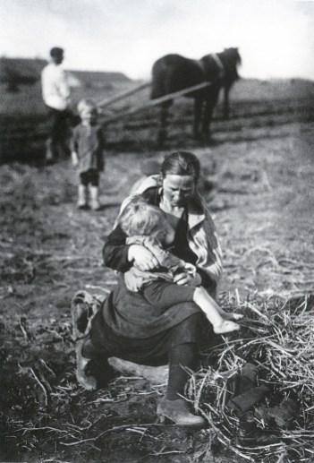 Знаменитый фотограф. «Была коптилка да свеча — теперь лампа Ильича». 95 лет назад. 50