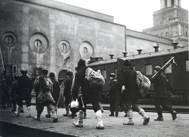 Знаменитый фотограф. «Была коптилка да свеча — теперь лампа Ильича». 95 лет назад. 63