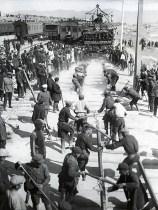 Знаменитый фотограф. «Была коптилка да свеча — теперь лампа Ильича». 95 лет назад. 74