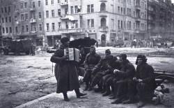 Знаменитый фотограф. «Была коптилка да свеча — теперь лампа Ильича». 95 лет назад. 99