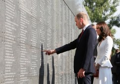 epa06093057 Britain's Prince William, Duke of Cambridge (L) and Catherine, Duchess of Cambridge (R) at the Wall of Memory during a visit to the Warsaw Rising Museum, in Warsaw, Poland, 17 July 2017. The Duke and Duchess of Cambridge are on a first official visit to Poland. EPA/PAWEL SUPERNAK POLAND OUT