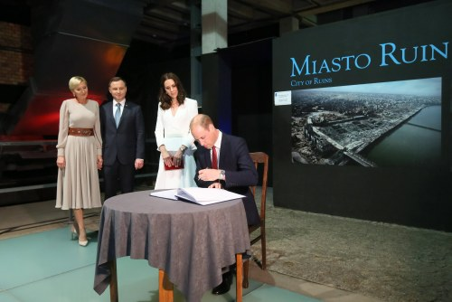 epa06093059 Polish President Andrzej Duda (2-L), his wife Agata Kornhauser-Duda (L), and Britain's Catherine, Duchess of Cambridge (2-R) look on as Prince William, Duke of Cambridge (R) signs the guest book during a visit to the Warsaw Rising Museum, in Warsaw, Poland, 17 July 2017. The Duke and Duchess of Cambridge are on a first official visit to Poland. EPA/PAWEL SUPERNAK POLAND OUT