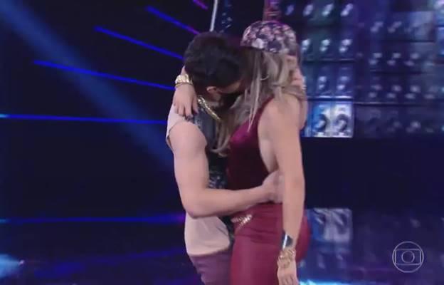 Beijo de Lucas Veloso e Nathália Melo (Reprodução/TV Globo)