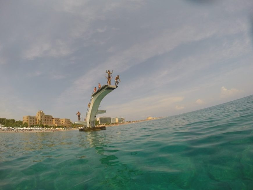 ¿Ya conoces este impresionante trampolín en medio del mar?