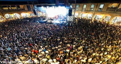 Valdichiana Outlet Village: in 50mila per il concerto di Max Pezzali ...