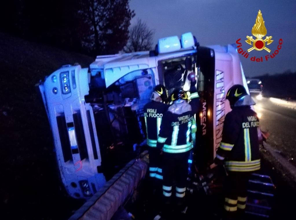 Si ribalta con il camino in A1, ferito un  49enne di Salerno