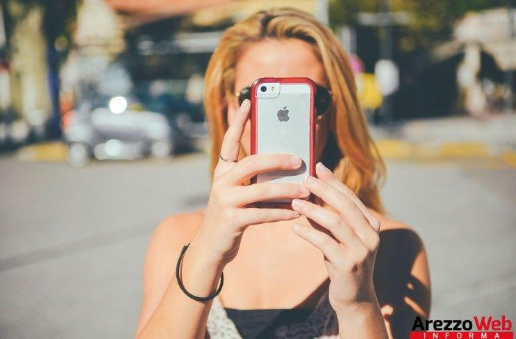 ragazza al cellulare che fotografa