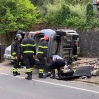 Auto si ribalta prima della rotonda di Olmo, ferita la conducente