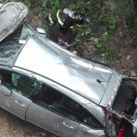 Finisce con la sua auto fuori strada, ferito il conducente