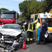 Policiano scontro fra due auto, due feriti
