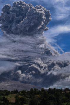 Volcan en Erupcion en Indonesia 10 de agosto 1