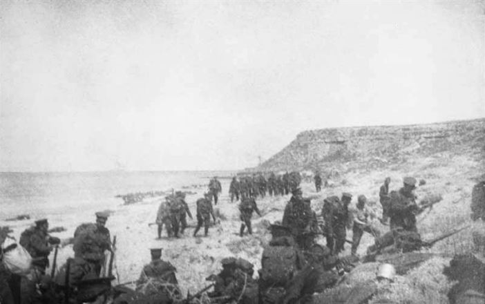 Landing of the 1st Battalion, Essex Regiment at W Beach on 25 April 1915 (Credits: Imperial War Museum)