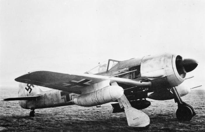 Fw 190 G-1 showing the ETC 250 bomb rack, carrying a 250 kg (550 lb) bomb, and the underwing drop tanks on VTr-Ju 87 mounts. (Credit: Wikipedia)